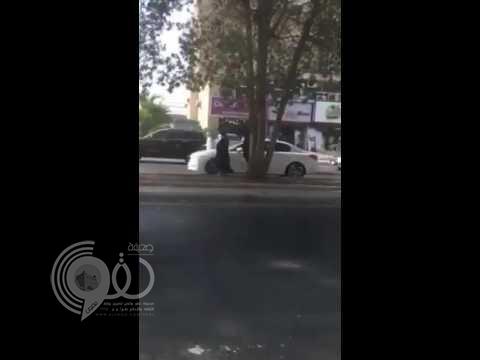 بالفيديو.. لصان يسرقان سيارة بعد أن خدعا سائقها في وضح النهار
