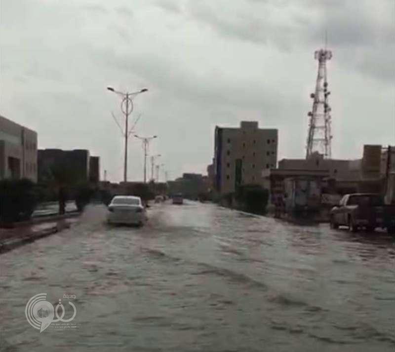 فيديو.. مياه الأمطار تداهم أمانة جازان.. ومغردون: مشهد محبط