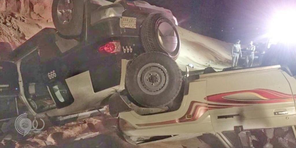 بالصور.. انقلاب دورية أمنية وسيارة مواطن بعد مطاردة في بريدة