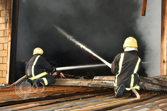 """بالصور.. النيران تلتهم مستودع بجدة.. و""""المدني"""" يتحفظ على موقعه"""