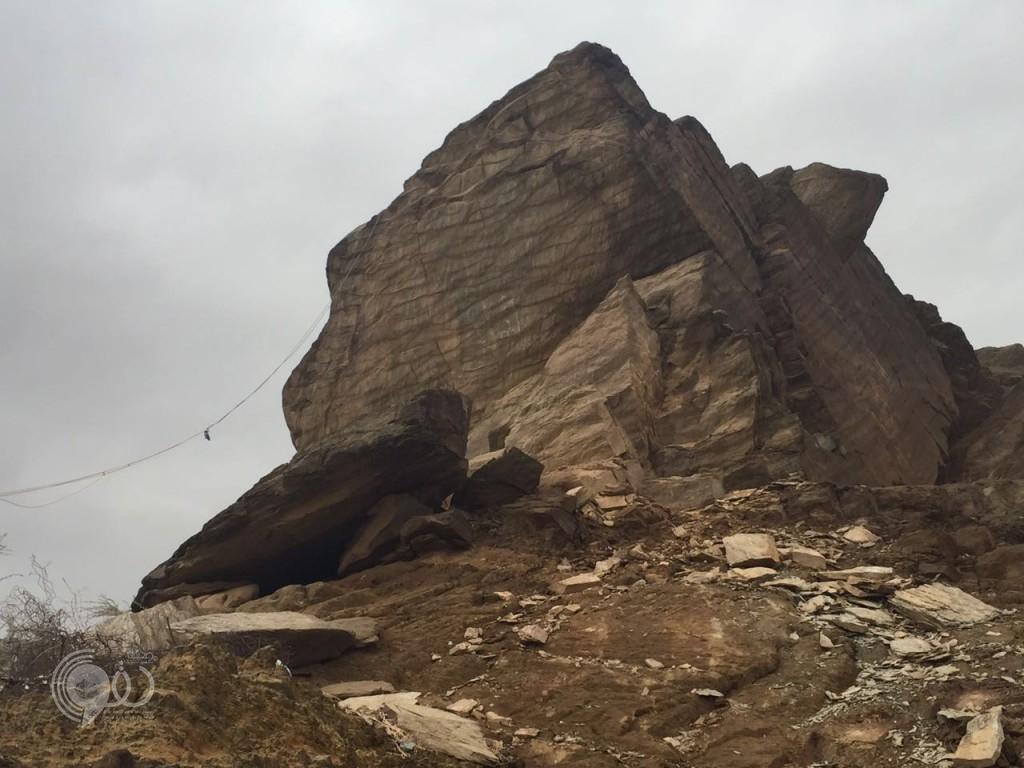 """بالصور .. """"مدني بيش"""" و """"بلدية الحقو"""" يباشران سقوط صخرة بمركز الحقو"""