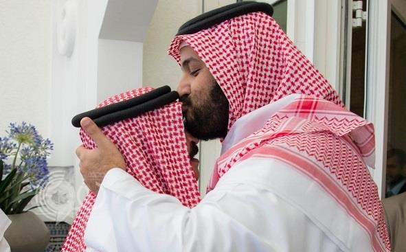 محمد بن سلمان يقبل رأس ملك البحرين خلال استقباله بالمغرب (صورة)