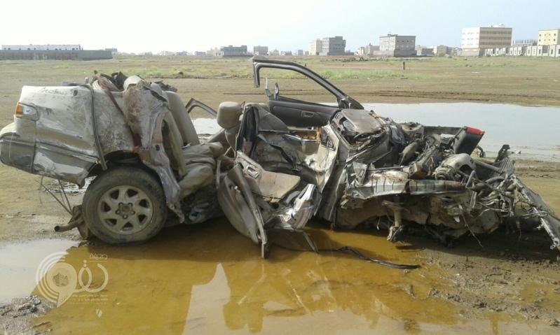 بالصور.. وفاة شابين في حادث اِرتطام مركبة بنخلة بجازان