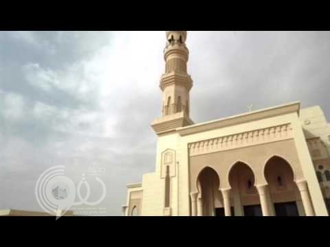 مقطع طريف لشاب صلّى الظهر جهراً بجماعة المسجد.. لكن شاهد ماذا حدث حين تذكر أن الصلاة سرية – فيديو