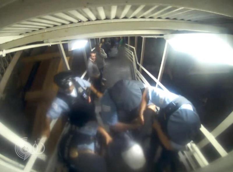 سعودية تقاضي شرطة شيكاغو.. طرحوها أرضاً ونزعوا حجابها