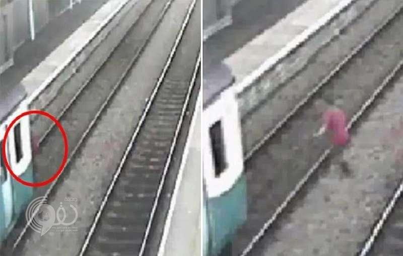 بالفيديو .. يقفز أمام قطار متحرك ليرغم السائق على التوقف