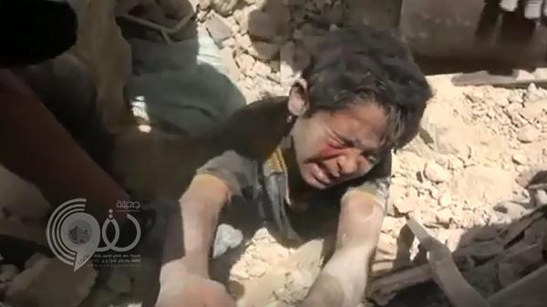 فيديو: بعد عمران.. إنتشال طفل من تحت الأنقاض وهو يستغيث بقطرة مياه