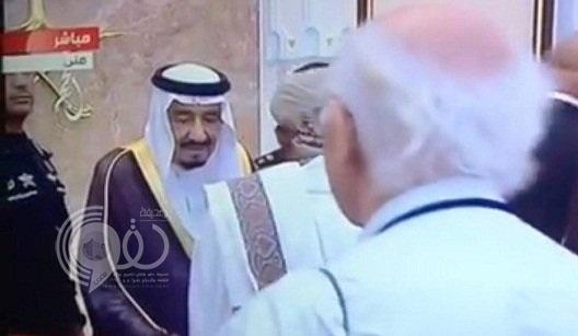 فيديو وصورة: الكشف عن السبب الحقيقي وراء عدم مصافحة مسؤول يمني للملك سلمان أثناء تهنئته بالعيد