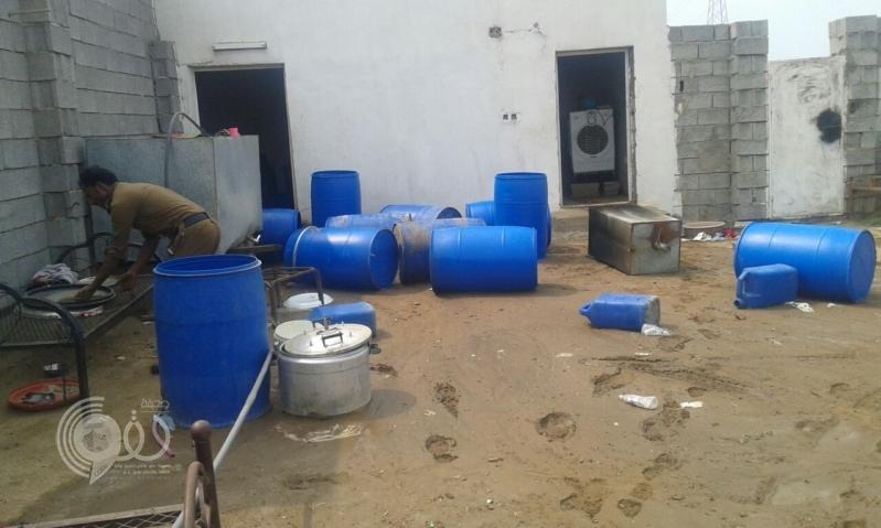 شرطة منطقة جازان تلقي القبض على أخطر صانع للخمور .. صور