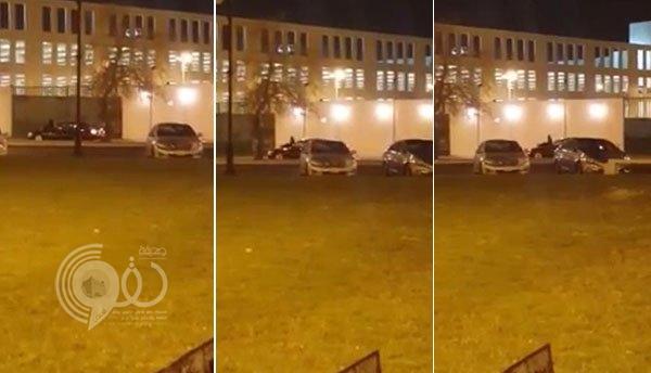 """شاهد شاب يتجول بفتاة على كورنيش جدة وهي تجلس على مقدمة السيارة .. """"فيديو"""""""