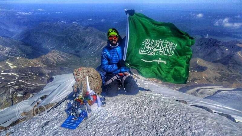 بالفيديو والصور.. جندي من الحد الجنوبي يغامر برفع أسماء الشهداء على أشهر 7 قمم عالمية