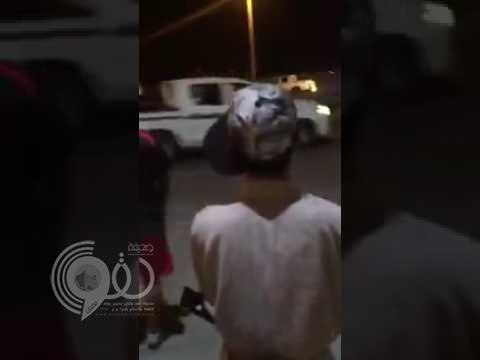 بالفيديو.. مفحط يراوغ دورية أمنية في ميدان عام وسط صيحات وتهليل متجمهرين