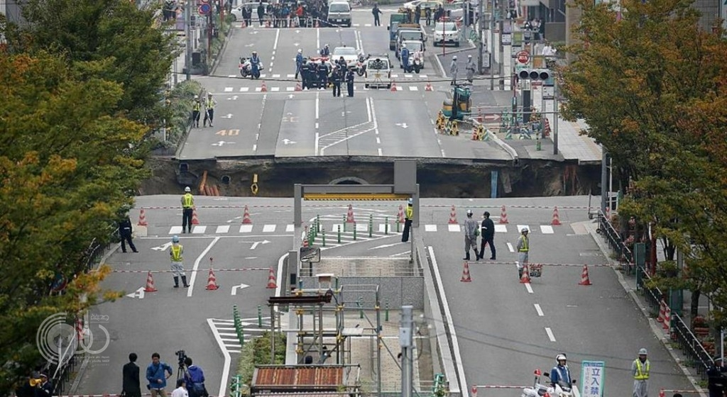 شاهد انشقاق أحد شوارع اليابان وظهور حفرة هائلة