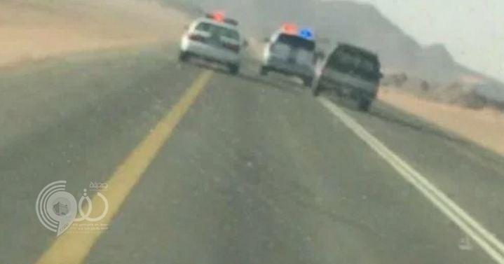 فيديو: شاهد كيف تعامل أمن طرق حائل مع مركبة تسير بسرعة جنونية بعدما علقت دواسة الوقود