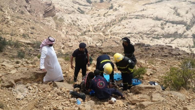 شاهد إنقاذ إفريقي سقط من مرتفعات جبل القهر في جازان