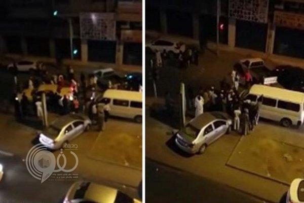 """شاهد مضاربة بين نساء و رجال بأحد شوارع الرياض .. """"فيديو"""""""