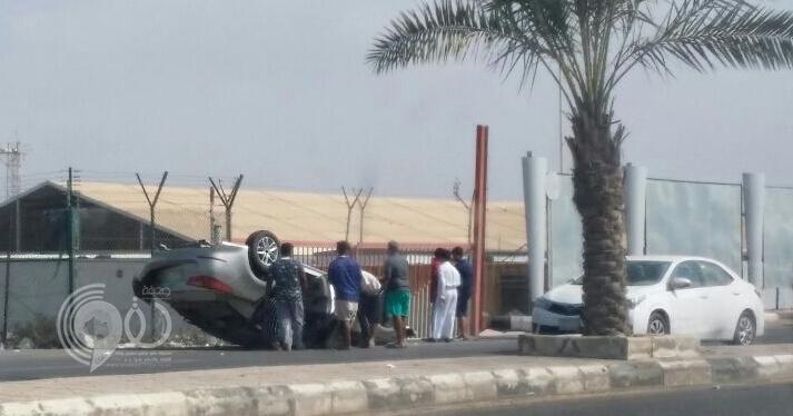 إصابة شابين في حادث انقلاب مركبة بطريق مطار جازان