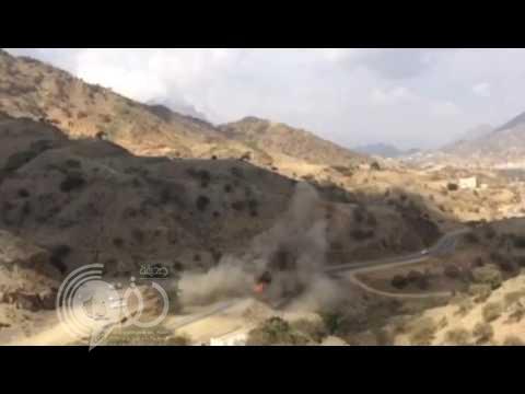 شاهد سيارة تحترق وقائدها بداخلها في الداير إثر تعرضها لمقذوف حوثي