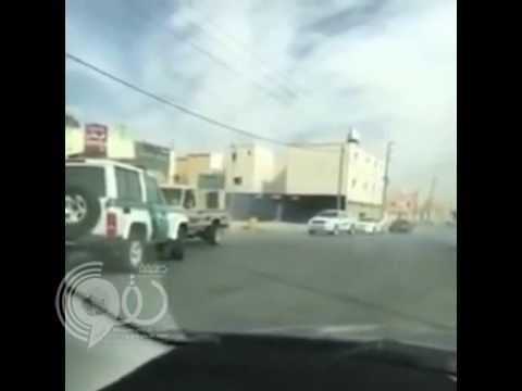 بالفيديو: دورية أمنية تباغت مفحطا أثناء استعراضه على طريق عام