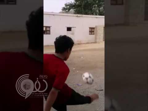 شاهد.. ابن مُسن يقلد بيكهام ويسدد الكرة على طريقة والده