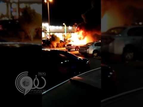 """شاهد النيران تلتهم سيارة دوج في كورنيش جازان .. """"فيديو"""""""