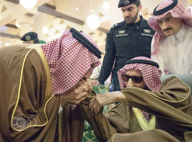 بالفيديو.. الملك سلمان يتخلى عن الأعراف البروتوكولية وينحني مقبلاً يد أخيه الأكبر الأمير بندر