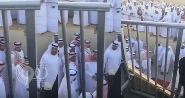 فيديو: الملك سلمان يتوقف ليرد تحية نساء له خلال حضوره مهرجان زايد التراثي بالإمارات