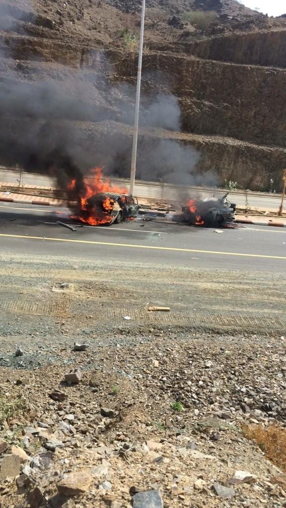 عاجل … حادث مروع لسيارتين امام حديقة الريث واحتراق سائقيها-فيديو
