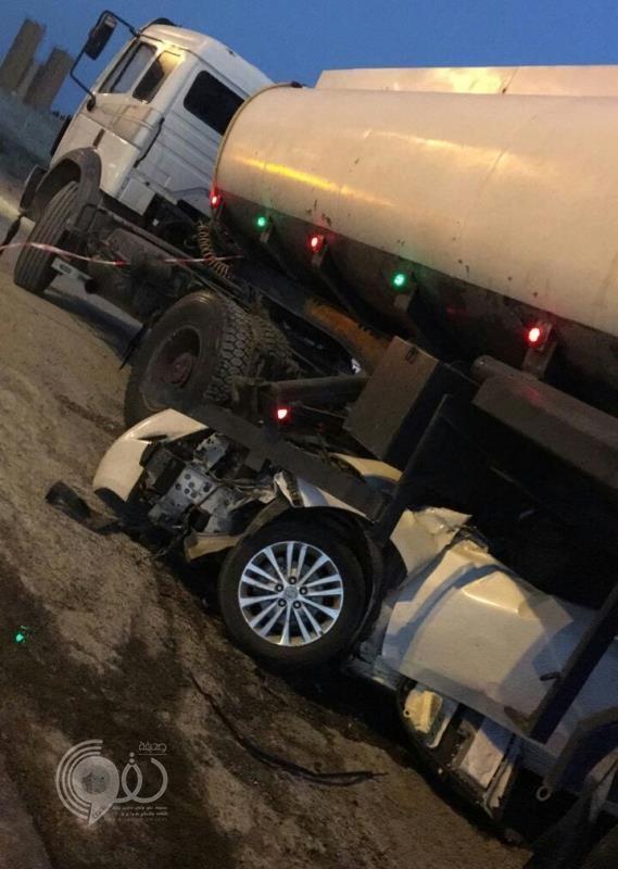 حادث تصادم مروع بين مركبة وشاحنة في جازان