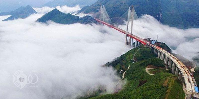 بالفيديو والصور: شاهد أعلى جسر في العالم بالصين بعد انتهائه