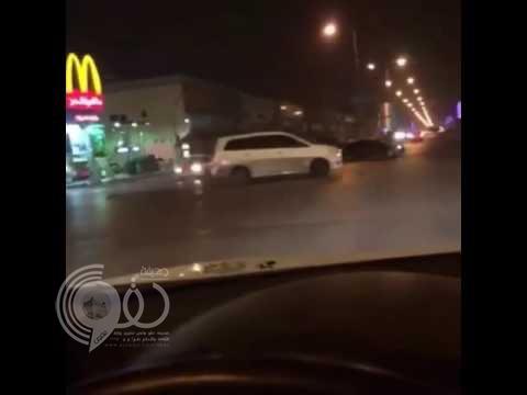 """بالفيديو.. مفحط بسيارة """"عائلية"""" يراوغ دورية أمنية في إشارة مرورية ويفر هارباً"""