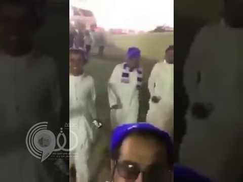 مشجع هلالي يسخر من هزيمة فريقه أمام النصر -فيديو