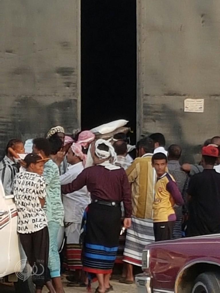 مواطن يوثّق بالصور إزدحام وتدافع امام مستودع جمعية البر بمركز الحقو