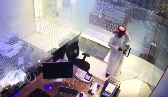 بالفيديو.. شاب يدخل شركة مدعياً البحث عن عمل ويسرق أغراض الموظفين