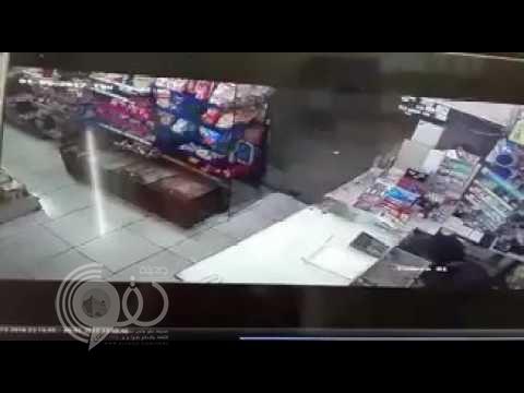 بالفيديو.. لحظة السطو على بقالة والاعتداء على البائع في حي النسيم بالرياض