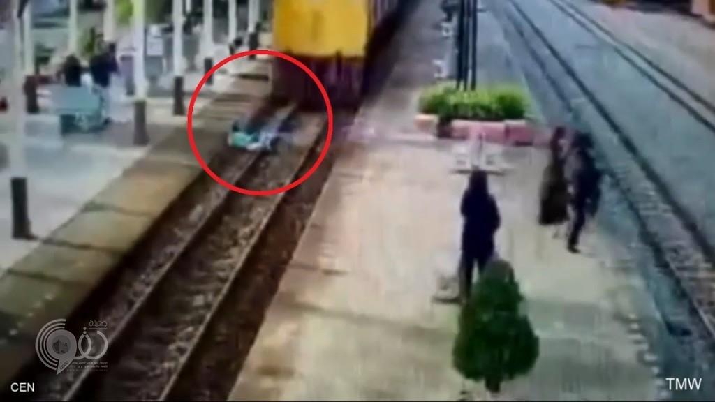 بالفيديو : رمى بنفسه تحت عجلات القطار .. و إليكم المفاجأة !