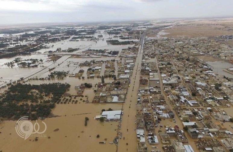 """بالفيديو : السيول والأمطار تغرق مركز """"الدلم"""" وتحول طريق الجنوب إلى بحيرة مياه!"""