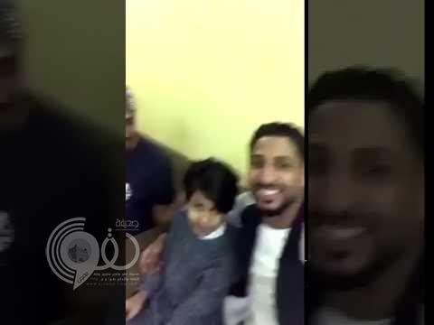 """بالفيديو.. لاعبو """"الأهلي"""" يزورون طفلاً مريضاً بالسرطان في منزل عائلته"""