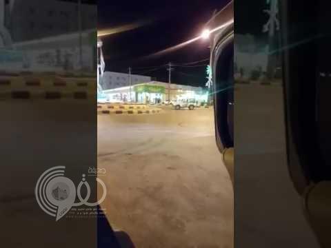 بالفيديو.. عسكري يطلق النار على مركبة مفحط لإيقافه في حفر الباطن
