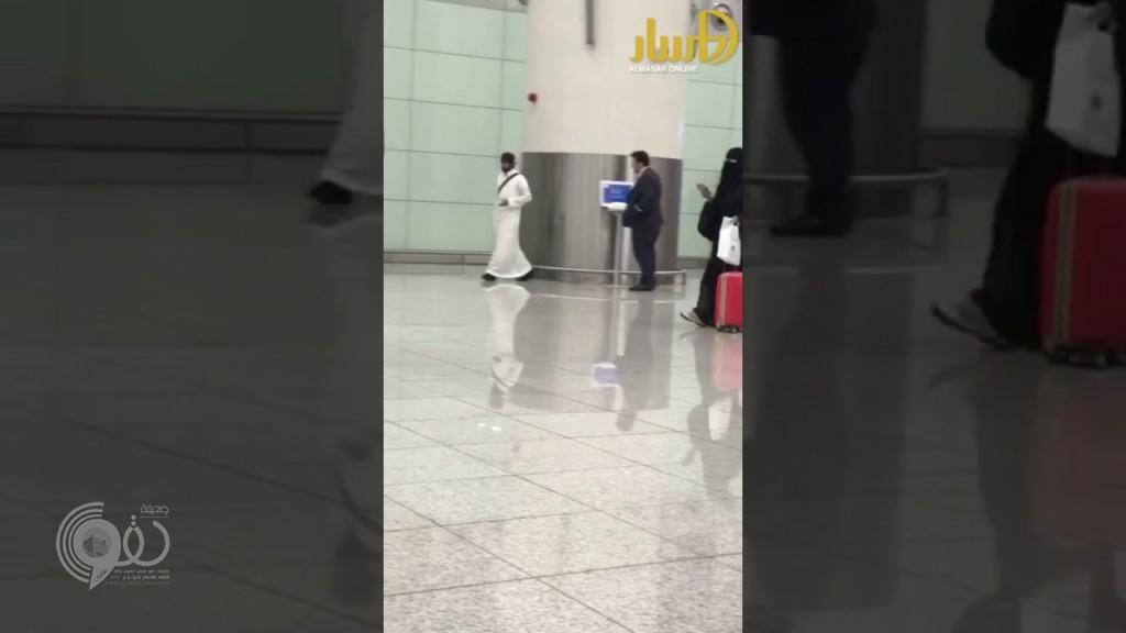 بالفيديو : شاب يتشاجر مع مسافر داخل صالة مطار الملك خالد