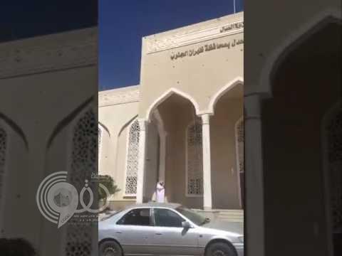 """شاهد لحظة سقوط مقذوف حوثي على محكمة """"ظهران الجنوب"""" وما خلفه بجانب استشهاد رجل الأمن!"""