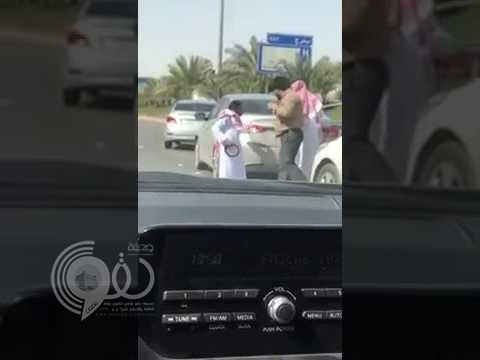 """بالفيديو.. مضاربة على طريق الملك فهد بسبب """"غريب"""".. وكانت نتيجتها """"مؤسفة"""" !"""