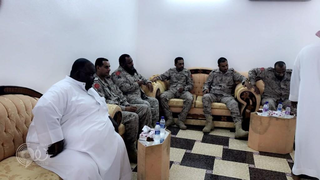 """أفراد كتيبة الشرطة العسكرية بجازان يقدمون واجب العزاء لزميلهم """"عبده الحقوي"""""""