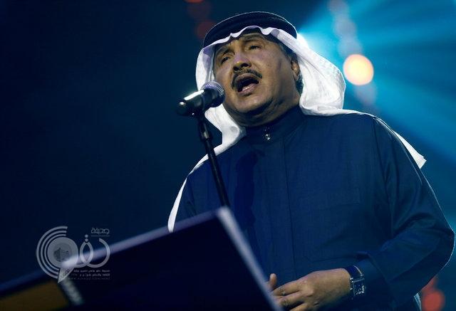 أجبروه على الصمت.. بالفيديو: محمد عبده يتوقف عن الغناء فجأة أثناء حفلة الرياض!