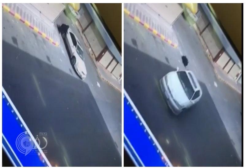 بالفيديو : سقوط مُسنة من سيارة بعد سرقتها في مكة