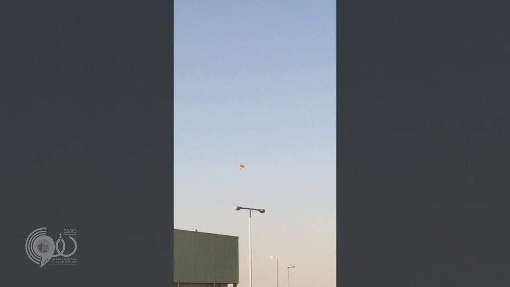 شاهد لحظة سقوط مروع لمظلي سعودي بعد تعطل مظلته.. وسط صرخات زملائه