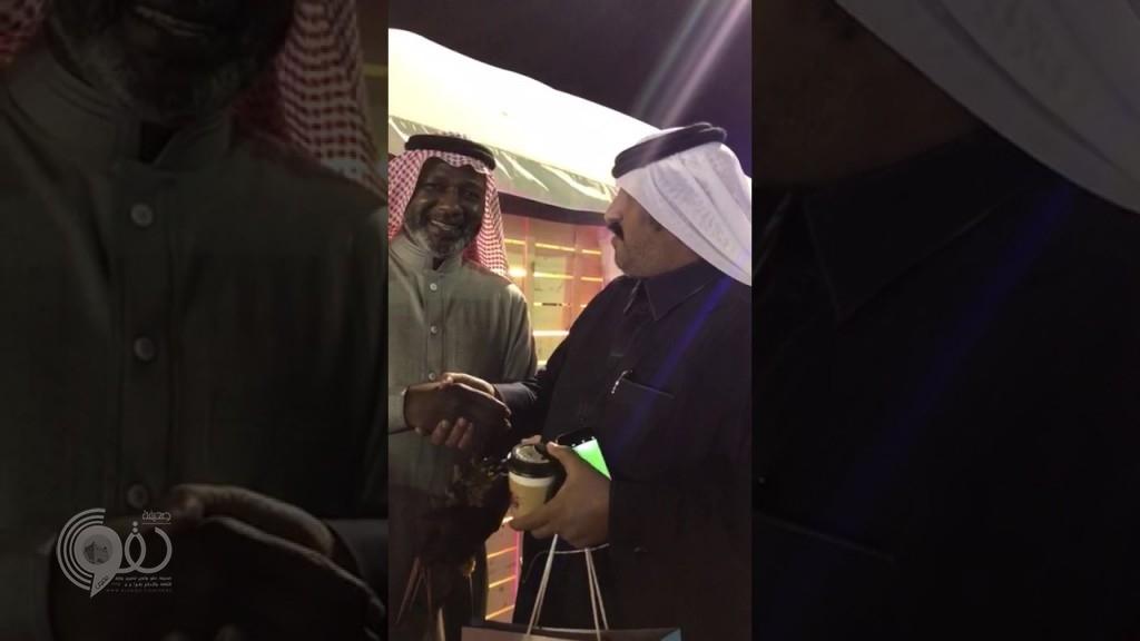 """فيديو: مشجع يضع """"ماجد عبدالله"""" في موقف محرج ويشعل مواقع التواصل"""