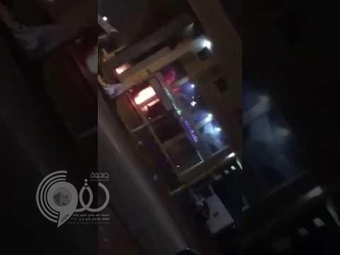 للمرة الثانية خلال أسبوع.. مجهولون يضرمون النار في بنك بالقطيف (فيديو)