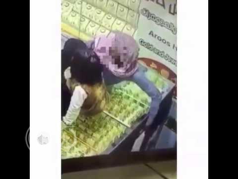 بالفيديو.. كيف تحايل رجل وامرأة يصطحبان طفلة لسرقة قطع ذهبية من محل في حائل