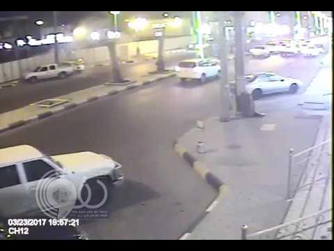بالفيديو.. مقيم ينجو بأعجوبة من الدهس تحت عجلات سيارة مسرعة برفحاء